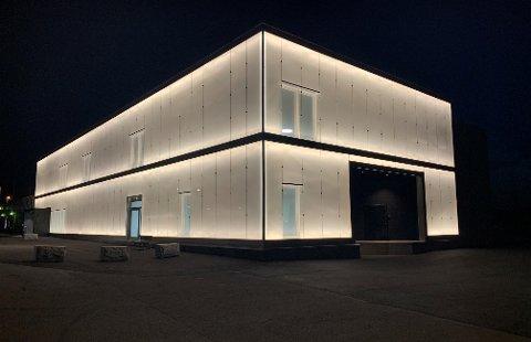 LYSER OPP: Det nye bygget lyser godt opp på kvelden og natta. BLA FOR Å SE FLERE BILDER.