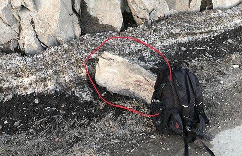 STOR: Denne stein har falt ned og landet rett ved gang- og sykkelveien i Kleivane.