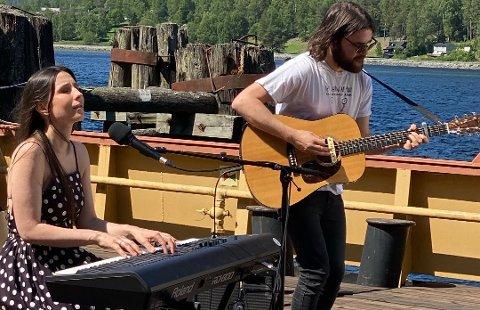 Linnea Dale er en av musikerne som spiller i en av de forhåndsinnspilte videoene, forteller Forsberg.