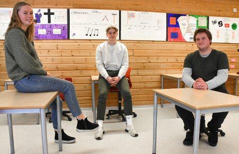 ER SIKRET JOBB: Lærerstudentene Tone Marie Bekke Nisi, Even Thorbjørnsen og Magnar Wåle fra Gransherad og Notodden lot seg ikke skremme av første møtet med ungdomsskole-elever. Om drøyt fire år styrer de kanskje klassene helt på egenhånd. Lærermangelen er så stor at de trolig er sikret jobb.
