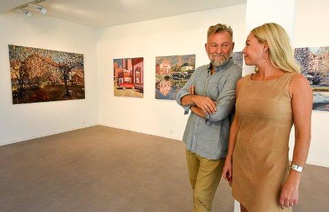 ÅPNER LØRDAG: Tor-Arne Moen og Martine Grette er klare med ny utstilling i Galleri Grette. Lørdag åpner de dørene og inviterer folk inn for å se de nye bildene for aller første gang.