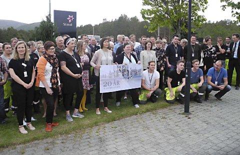 Ansatte: De 124 ansatte på Tjeldbergoddden feiret 20-årsjubileum i optimismens tegn. De som holder plakaten er Ann Jorid Hyttnes (til venstre) og Monica Lynum.