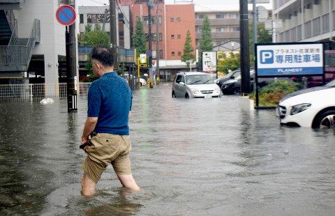 716.000 personer er blitt bedt om å evakuere onsdag som følge av stor skredfare sørvest i Japan.