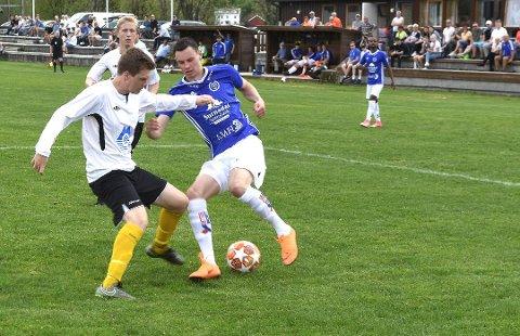 Sander Smevoll (til høyre) scoret Surnadals fjerde mål i kampen hjemme mot Averøykameratene. Surnadal vant til slutt 5-2.