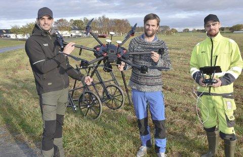 DRONE: Forsker og arkeolog Manuel Gabler (fra venstre), arkeolog Kristoffer Dahle og arkeolog og dronepilot Dag-Øyvind Solem har den siste uken testet forskjellig utstyr som kan finne flere arkeologiske skatter på Edøya. Her med drone med infrarødt kamera. I bakgrunnen ser vi et magnetometer.