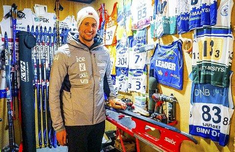 I kjelleren: Nils-Erik Ulset har et eget rom med ski og annet utstyr hjemme på Tingvoll. Veteranen vet ikke når sesongen kommer i gang. Foto: Ingrid Kvendset Ulset