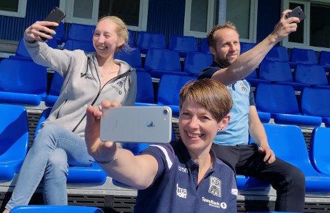 Karoline Almvik, Truls Helland Skar og Ann Olaug Statlem (foran) i KBK ber KBK-tilhengerne by på seg selv og sende inn selfier foran og under kampene.