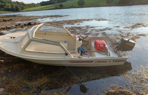 Denne båten er funnet på Hustadvika. Nå etterlyser politiet eieren.
