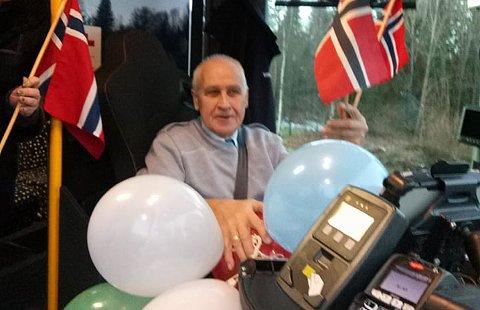 FERDIG: Fredag gikk Evald Dahlskjær (75) av som pensjonist, etter å ha jobbet fulltid som bussjåfør de siste 17 årene. Naboene på Jarberg syd i Re gjorde stas på ham da han kjørte sin siste skolebussrute.