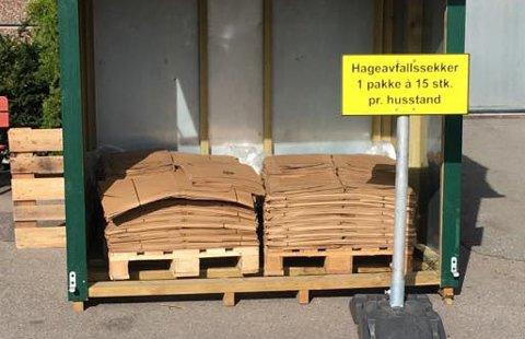 SEKKER: Tønsbergensere kan hente sekkene hos Bydrift på Kilen. Færder-folk kan hente sekker på servicesenteret på Borgheim.