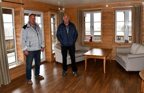 KJEMPER: Bjørn Einar Dahl (t.v.) har kjempet mot Tønsberg kommune i mange år for huset han har bygd opp etter at barndomshjemmet brant. Byggkonsulent Sverre Aspli har de tre siste årene hjulpet ham.