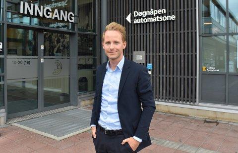SPAR: Anders Kvikstad i Totens Sparbank opplever at mange får øynene opp for sparing i ferietider da de opplever å ikke ha muligheten til å gjennomføre reisene de vil.
