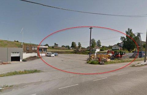 PLANOMRÅDE: På denne parkeringsplassen langs Totenvegen er det planer om et nytt, stort næringsbygg.