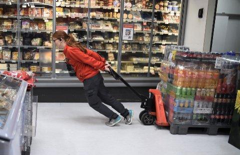 MOTBAKKEKSPERT: Helene Nordheim er butikksjef ved Extra i Åsen og har blitt en skikkelig ekspert i å drive butikk i motbakke.