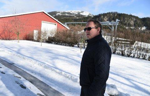 TROR PÅ JA: Rolf Charles Berg driver gård ved foten av Forbordsfjellet som den nye E6 skal gå gjennom. Senterparti-politikeren er også leder for utvalg for plan og miljø i Stjørdal og nå tror han at reguleringsplanen for nyveien blir vedtatt.