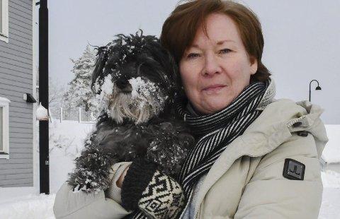 Bra duo: Kjersti Riise Karlsen er lettskremt og hunden Kenzo er litt sart i psyken. - Vi fant ut at han ville passe godt inn i familien, ler Kjersti, som er styreleder i International Stunt Academy. Kjersti flyttet til Tvedestrand på heltid for halvannet år siden. Foto: Mette Urdahl