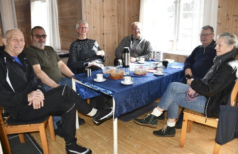 Kaffe&Kake: Herman Songe (f.v.) Jørund Salvesvold, Kåre Nævestad, Lars Carlsen, Alfe Georg Braaten og Kirsten Liv Aasbø var samlet på tirsdag. Foto: Anne Dehli