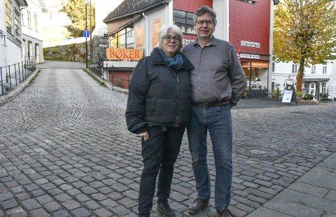 Går videre: Dette bygget skulle bli bokbyens signalbygg i Tvedestrand. Nå går Solveig og Jarmo Røvik inn med private midler, og viderefører driften. Reaksjonene er sterke fra de som nå holder på å rydde opp etter konkursen. Foto: Olav Loftesnes