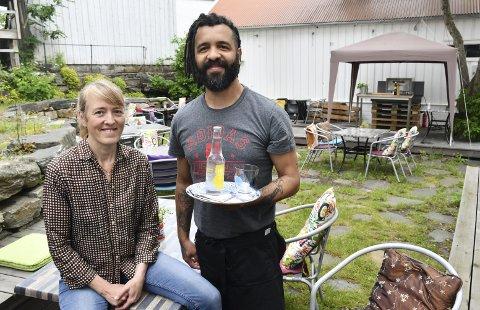 Har åpnet: Linn Rasmussen er i gang igjen i Museumhaven i Tvedestrand, og har fått Azul Oliveira som medhjelper og servitør denne sesongen. Foreløpig er det åpent fra torsdag til lørdag, men når skoleferien begynner utvides åpningstidene,  Foto: Øystein K. Darbo