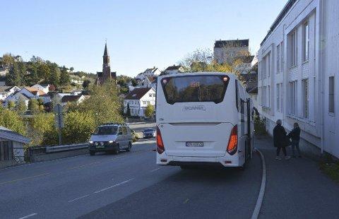 Fjærkleivene: I stedet for denne busslommen ønsker både fylkeskommunen og AKT å etablere to kantstopp, i begge kjøreretninger. Arkivfoto