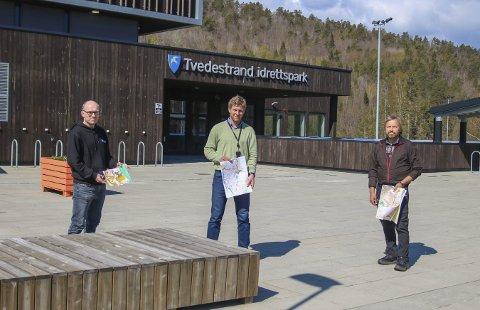 Kart som pensum: Å håndtere kart og kompass er en del av pensum på videregående skole, men da er det viktig at skolen har gode kart. Nå skal Tvedestrand videregående skole investere i nye orienteringskart rundt skolen, og avdelingsleder for blant annet idrettsfag, Gøran Isaksen (i midten), gleder seg. Her sammen med kartkonstruktør i Rambøll, Lars Jøran Sundsdal (t.v.) og synfarer Vidar Georg Ydse (t.h.). Foto: Marianne Stene