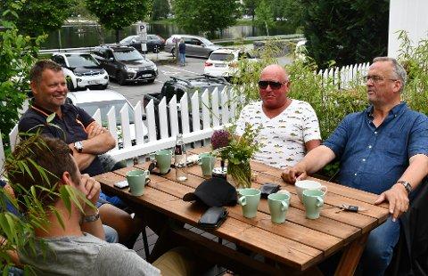 Tom Dønnestad (til venstre), Vidar Sonesen, Hjalmar Engesvik og sønnen Tobias Engesvik har en hyggelig kafétur sammen.