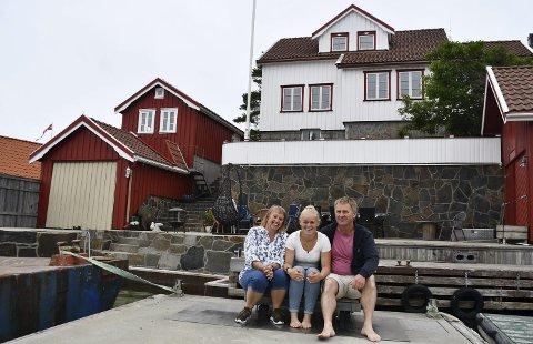 Trives med øylivet: Anette, Vilde og Svein Hoel trives godt i Lyngør. Foto: Anne Kristine Dehli