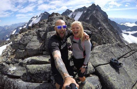DELER HYTTELIVET: På sosiale medier deler Frank og Heidi Tindvik hyttelivet i Valdres. Her er paret på toppen av Nordre Skagastølstind i sommer.