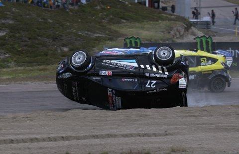 RUNDT: Petter ble dyttet opp på to hjul, kom skliende på taket og gikk deretter fire kast rundt i sandfella på utsiden av banen.