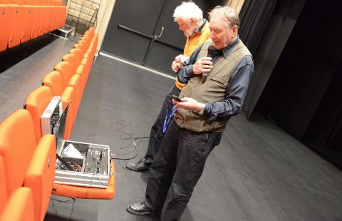 HOLDER MÅL? Olav Grov er ikke overbevist om at teleslynga i Storsalen holder mål, og han sammenligner Flammen med andre storsaler. Her sammen med Knut Lunde.