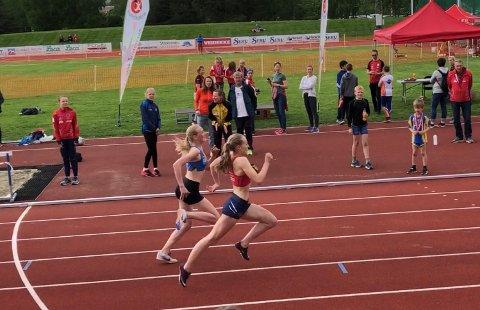 SPURTET BEST: Marthe Hjelmeset sikret seieren på 800 meter med en god spurt.