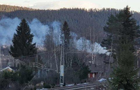 KRAFTIG RØYK: Bål i Hakadal torsdag i 17-tida.
