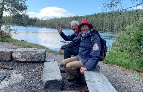 FRA KJULSTJERN: Asbjørn Bråthen og Linda Parr ved Kjulstjern, som passeres på veien til Holåsen.