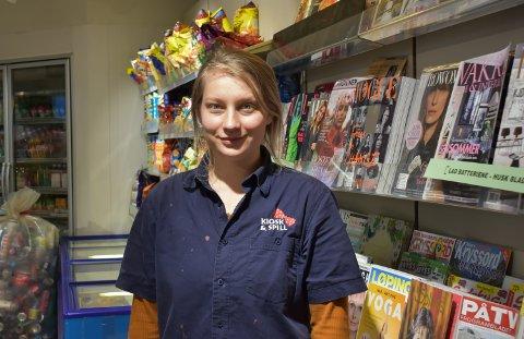 STEMTE FØR JOBB: Julie Abrahamsen på Son kiosk og spill jobber på valgkvelden.