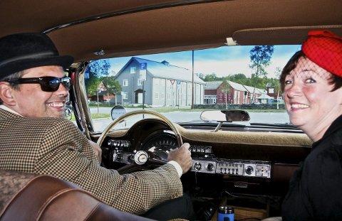 GANSTERLIV: Erik Hamland og Mona Skovli tidsriktig antrukket. Interiøret i en Amcar matcher eksteriøret perfekt. Alle foto: Tove Digre