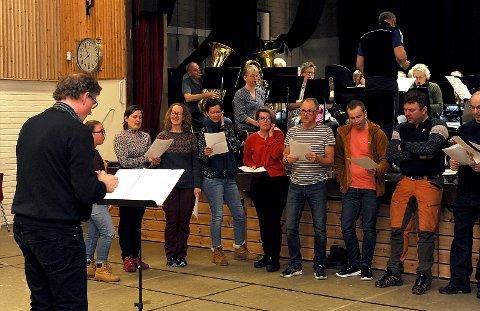 Kordirigent Martin Hoel og sangere på øvelse.