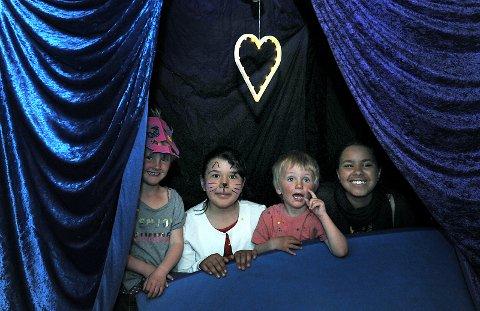 Disse barna har funnet sin egen hule.