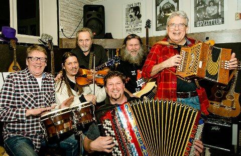 SPILLEGLEDE: Tormod Hjermundrud har spilt i en årrekke med bandet Prima Vare. Her er gjengen samlet til øvingskveld 15. januar 2015. Fra venstre: Stig Berg, Eystein Amundsen, Halvard Lundgård, Ole-magnus Holm (foran), Geir Overaa, og Tormod Hjermundrud