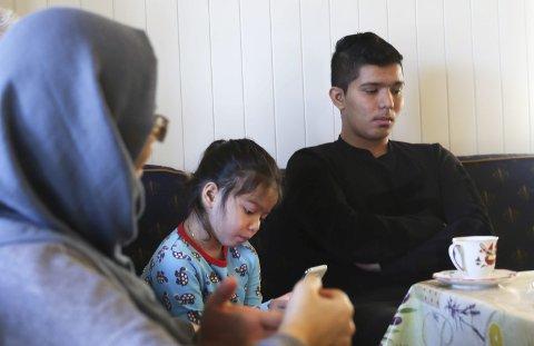 Uviss framtid: Sakinah og hennes to barn fotografert på Moen. Hennes yngste sønn forsvant under flukten til Europa og er fremdeles ikke kommet til rette.foto: stig sandmo