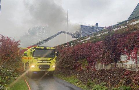 BOLIGBRANN: To personer ble evakuert og reddet ut av brannen.