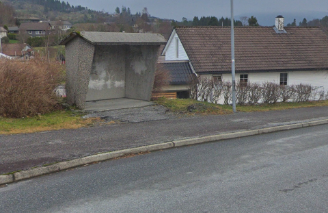 KOLÅSVEGEN: Ei jente skal ha blitt kontakta av ein mann då ho gjekk forbi eit busstopp i Kolåsvegen i oktober. Bildet er av eit tilfeldig busstopp i Kolåsvegen.