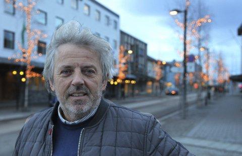 Lysgate: Nils-Christian Steinbakk i Fauske sentrum med opplyste gater i bakgrunnen.                                                                Foto: Tore John Andreassen