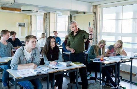 OSLO  20141030. Tenåringer. Elever i klasserom. Lærer underviser. Står ved pult og hjelper elever. Peker. Foto: Berit Roald / NTB scanpix NB! MODELLKLARERT