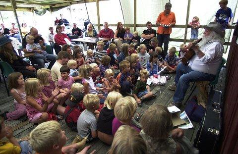 Livsverk: Troilltampen var et av visesanger Jack Berntsens livsverk. Her holder kan konsert for ungene på festivalen på Ulvsvåg i 2003. Foto: Øyvind A. Olsen