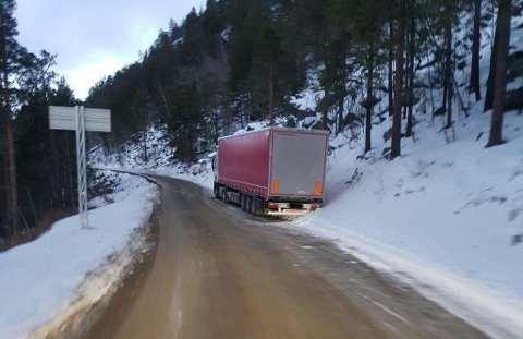 STO FAST: Et polsk vogntog sto fast i Saltdal, men selskapet villle ikke betale for bilberging. De to sjåførene bodde i vogntoget i flere dager. - Dette er helt uholdbart, menerstortingsrepresentant Arild Grande (Ap).