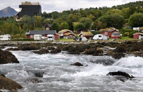 """Godt nabolag: Hamsunsenteret og havstrømmen Glimma, kjent fra Knut Hamsuns forfatterskap, er de to nærmeste """"naboene"""" til Hamarøy Fiskecamping."""