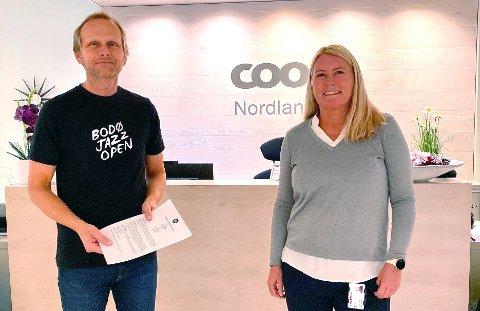 Coop blir generalsponsor for Bodø Jazz Open. - Avtalen kommer på et beleilig tidspunkt, sier daglig leder i festivalen, Erik Johansen. Her sammen med Monika Moen, HR- og organisasjonsdirektør hos Coop Nordland.