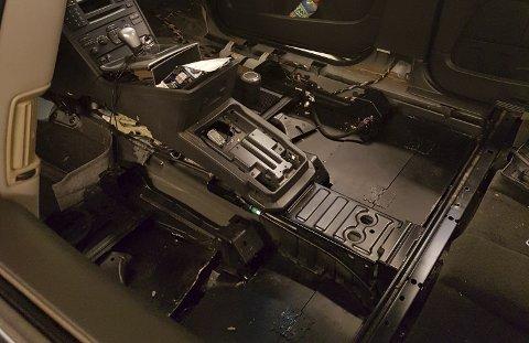 Det var innstalert luker i gulvet under setene fremme i bilen. Her ble det funnet 25 kilo hasj i den ene luken og 20 kilo i den andre.