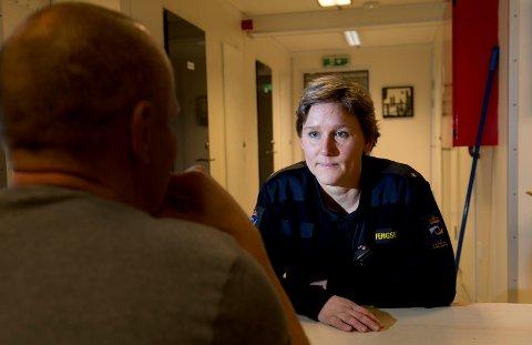 Fengselsbetjent Kristine Petersen vil heller at det skal brukes penger på «Johnny» (43) og andre innsatte i norske fengsler, fremfor å bruke massevis av penger på å sende fanger til soning i Nederland.