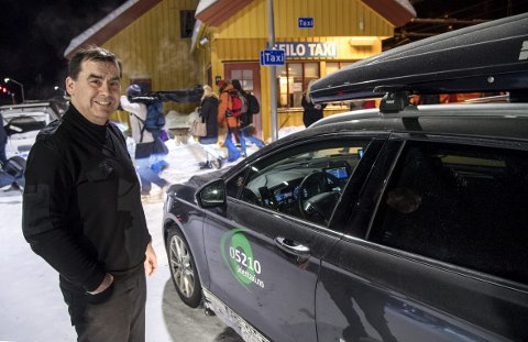Lars Terje Elvistaxi Tveitan kjører taxi på Geilo i helgen. Det tjener han gode penger på.